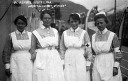 """Postkort med de første sykepleierne på hospitalskipet """"Vikin"""
