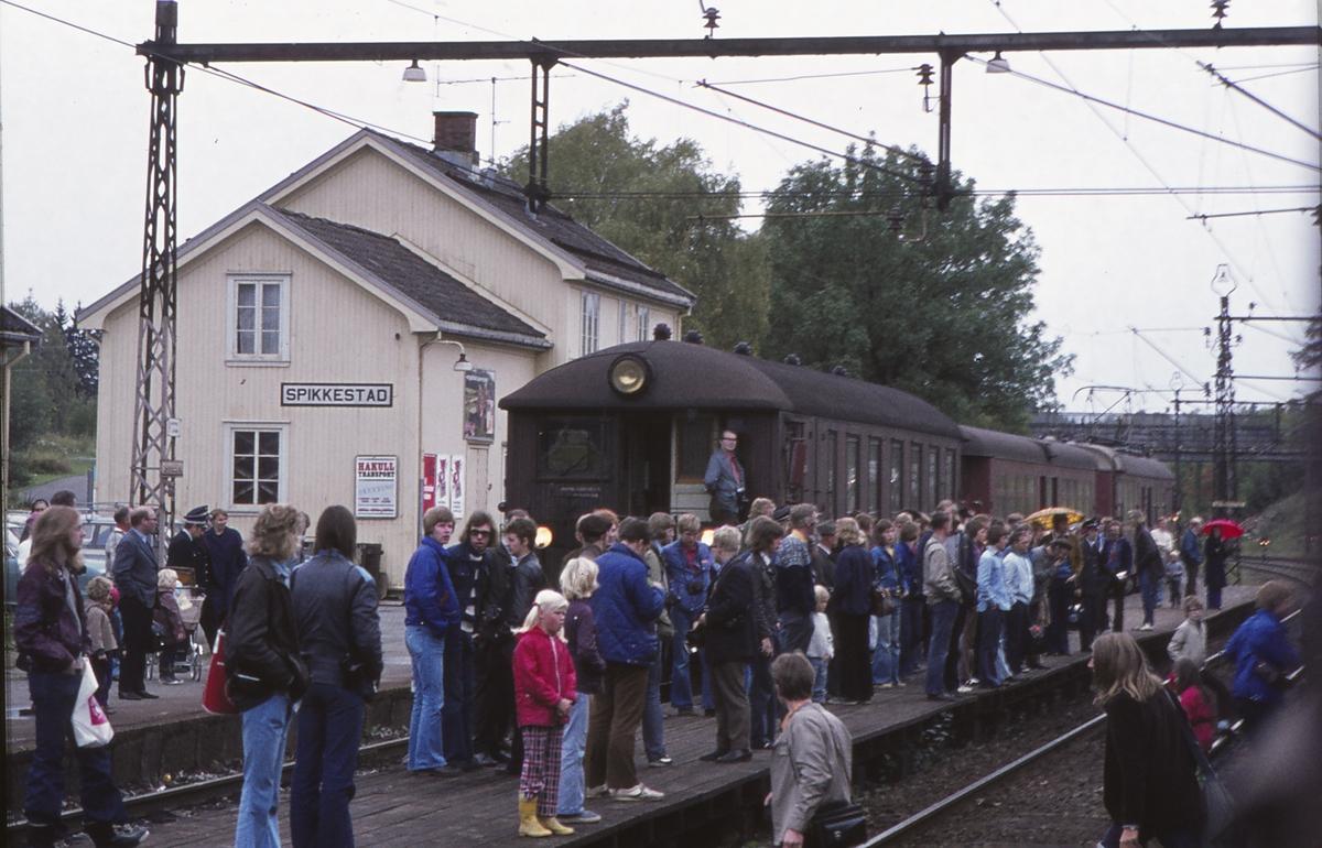 Spikkestad stasjon. Reisende venter på ekstratog for Norsk Jernbaneklubb. Ordinært lokaltog står i spor 1.