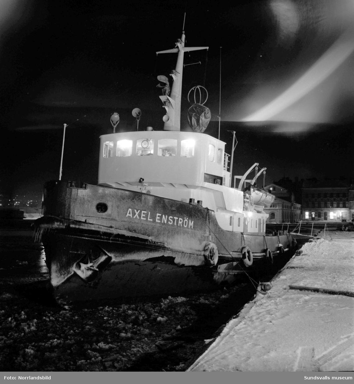 Bogserbåten och isbrytaren Axel Enström vid kaj en decemberkväll.