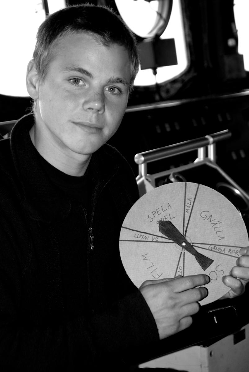 Fartyg: VISBORG                        Längd över allt 87,8/92,4 meter  Byggår: 22 Januari 1974 Varv: Karlskronavarvet Konstruktör: Karlskronavarvet Övrigt: 2009-09-29 HMS Visborg: En värnpliktig på HMS Visborg visar upp en skämtsnurra som visar vad de värnpliktiga tänker företa sig under dagen. Statens maritima museer dokumenterar 2009 livet som värnpliktig i Flottan. Bakgrunden är att det är osäkert hur länge systemet med värnplikt finns kvar. Två värnpliktiga valdes ut och följdes från inryckningen i januari till utryckningen i december. Två intendenter från museet var med vid ett antal tillfällen under grundutbildningen samt under deras fritid. Vid dessa tillfällen gjordes dokumentation genom fotografering, observationer, intervjuer samt insamling av föremål. De båda värnpliktiga skrev även själv dagbok under värnpliktstiden.
