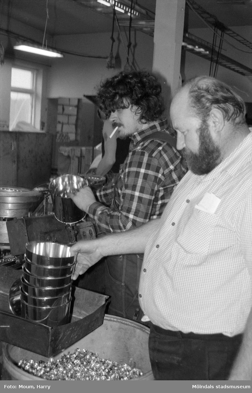 Waldts Emballage i Kållered, år 1984. Till höger Olle Waldt, ägare.  För mer information om bilden se under tilläggsinformation.