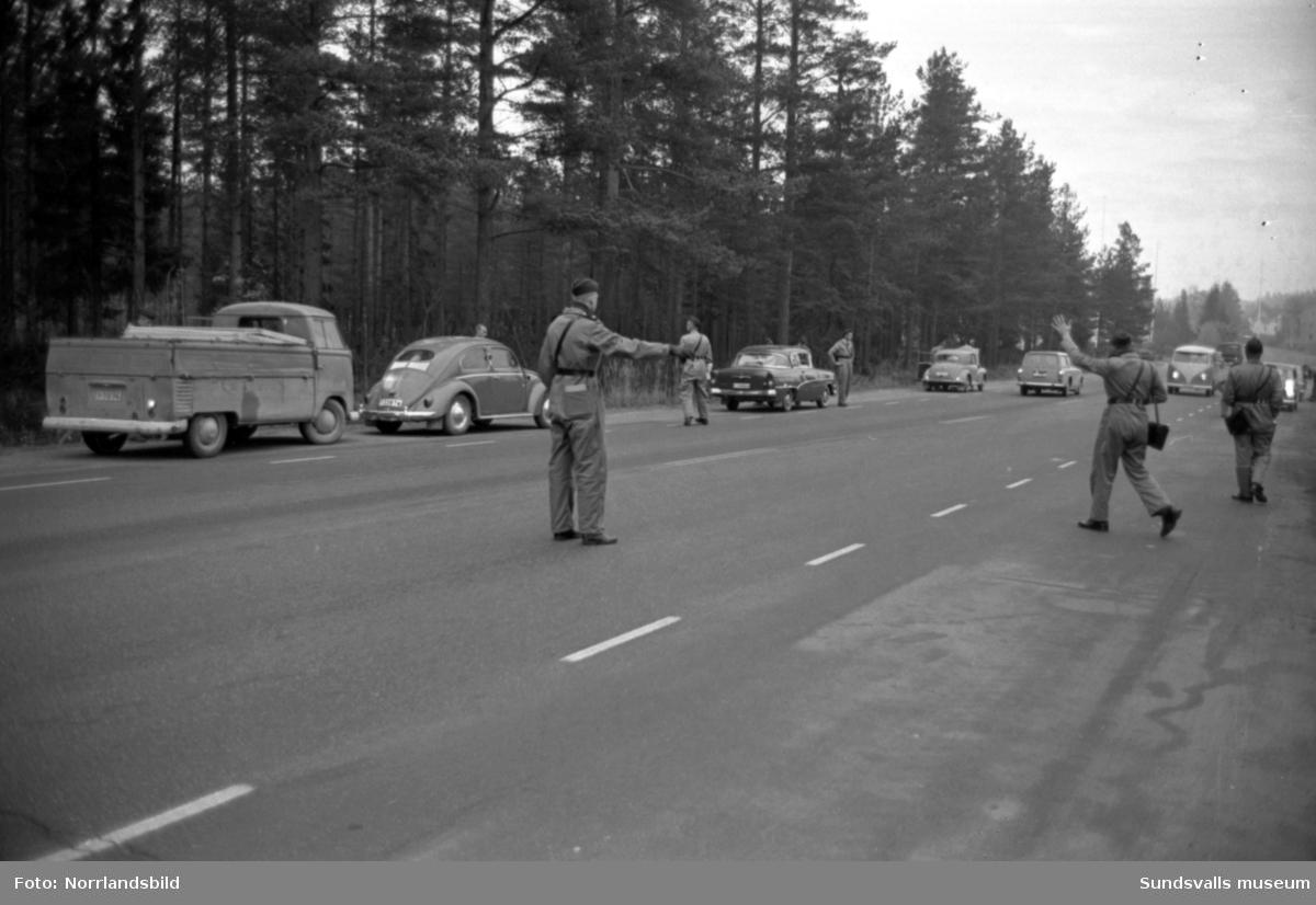 Stor poliskontroll på en väg i Timrå.