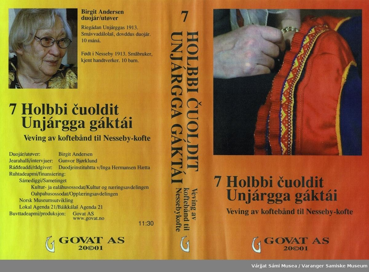 Birgit Andersen forteller om og viser hvordan man vever holbi /koftekant til Unjárgga gákti / Nessebykofte. Gunvor Bjørklund intervjuer henne.