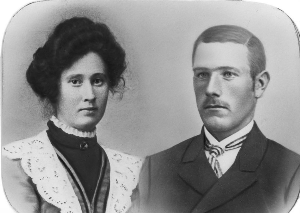Julie Sofie Pedersen (1888-1963)  og mannen Albert Martin N. Hauge (1888-1971) , som også brukte etternavnet Nikolaisen. Paret var bosatt i Spjutvik, Sortland.