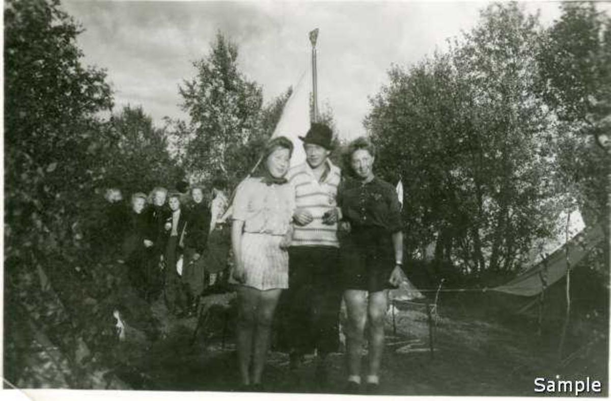 Torbjørn Furunes samler i lader under leira på Hol i Tjeldsund i 1943. (-42?)