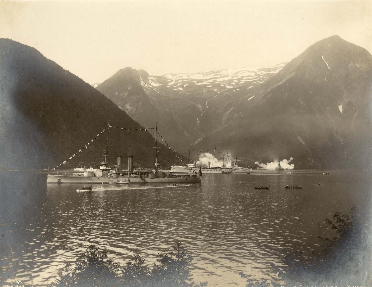 """Motiv: P/S Norge i Esefjorden ved Balholm.I bakgrunnen Keiserskipet """"Hohenzollern"""" og andre fartøy"""