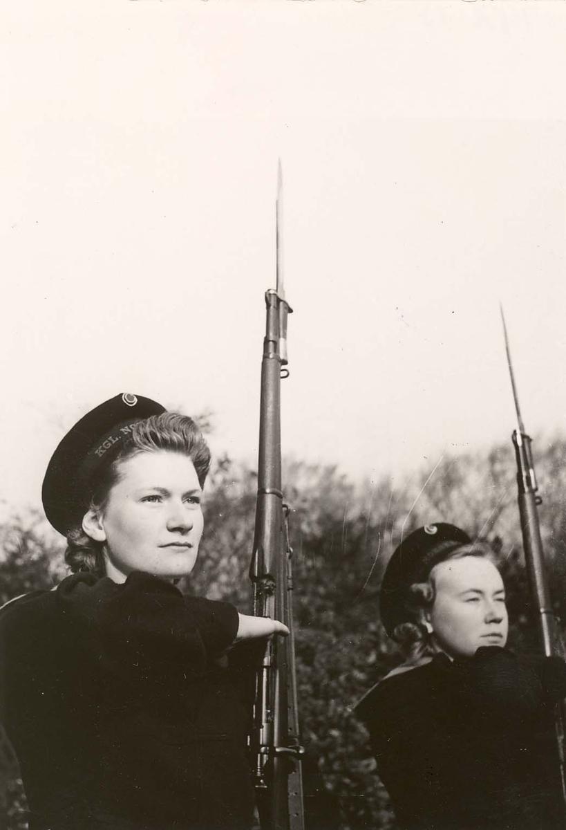 Motiv: Marinens Kvinnekorps 1942-1945. Kurs nr 2-1945 liverpool Presenter gevær