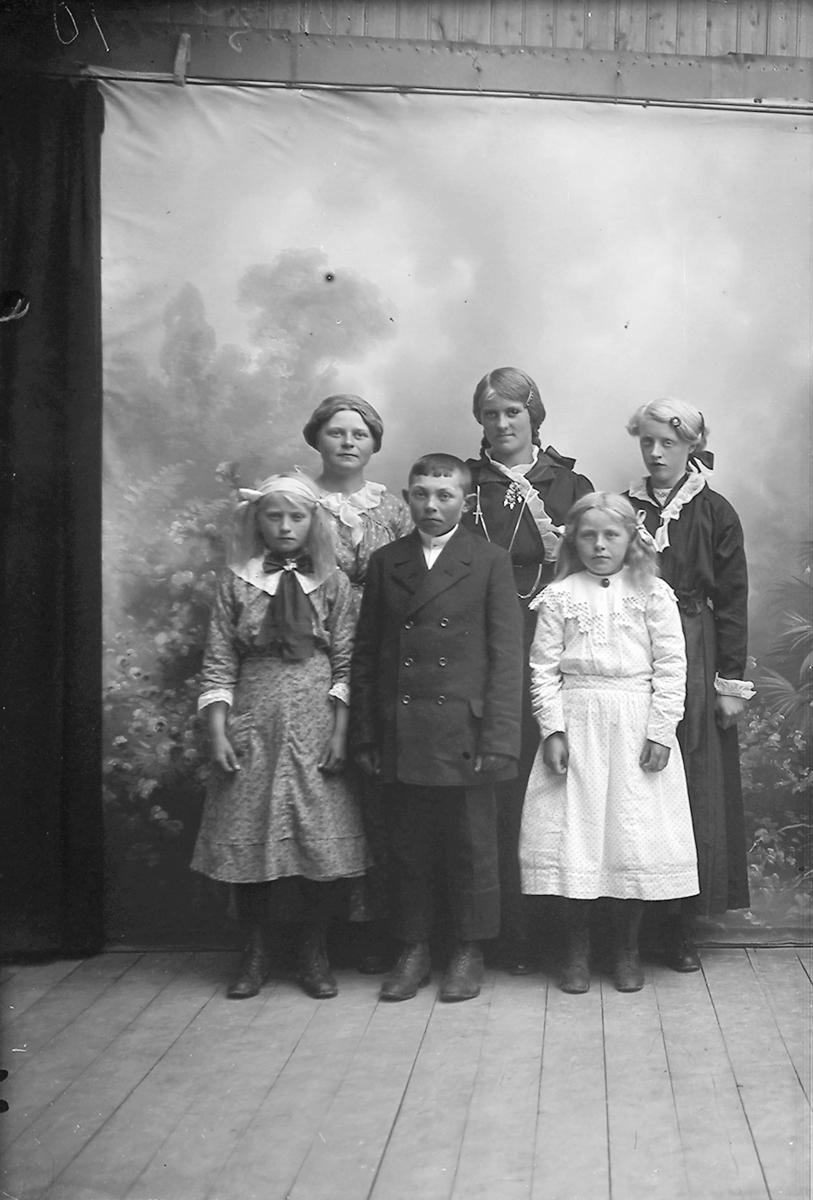 Portrett. 5 tenåringer. En gutt og fire jenter.  2 konfirmanter. Gildeskål. 1916.