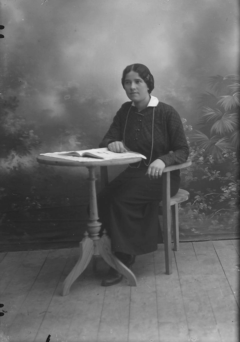 Portrett. Gildeskål. Inndyr. Hilma Sofie Væreide, f. 1894.