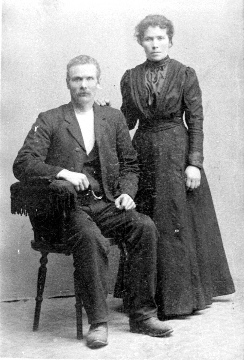 Gruppebilde. 2 personer, kvinne og mann. Innendørs.