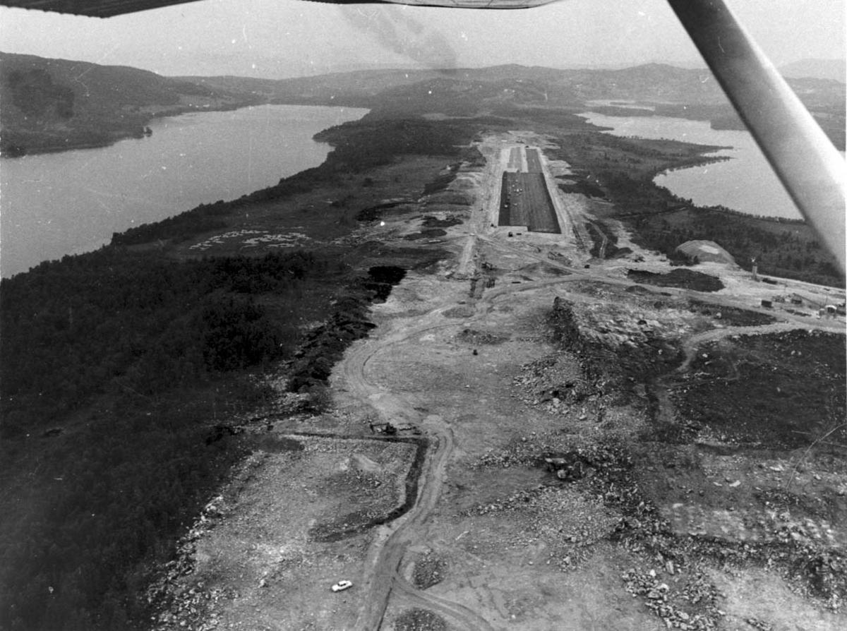 Luftfoto. Landskap med lufthavn.