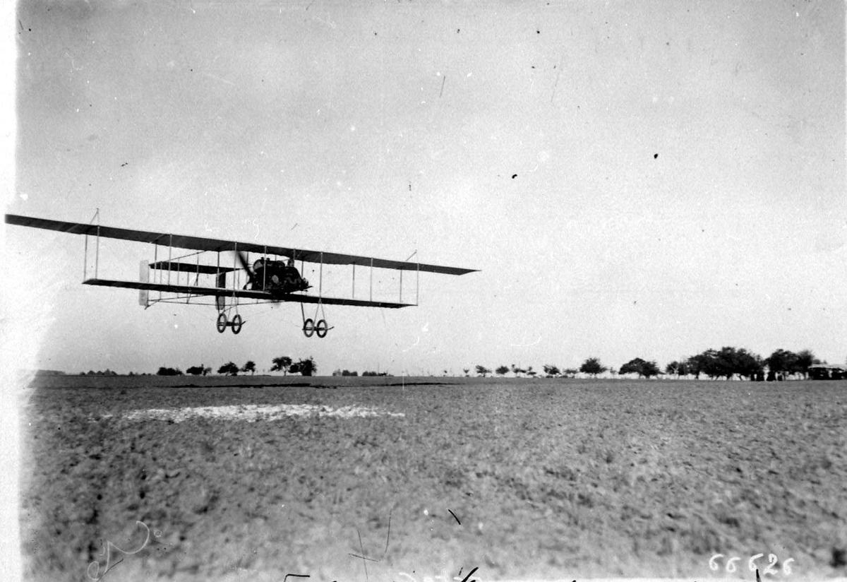 Ett fly like over bakken, Henry Farman