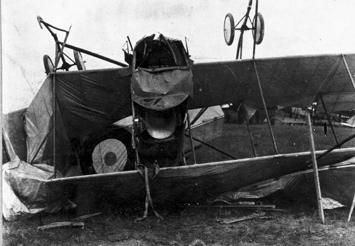Ett ødelagt fly ligger på rygg på bakken