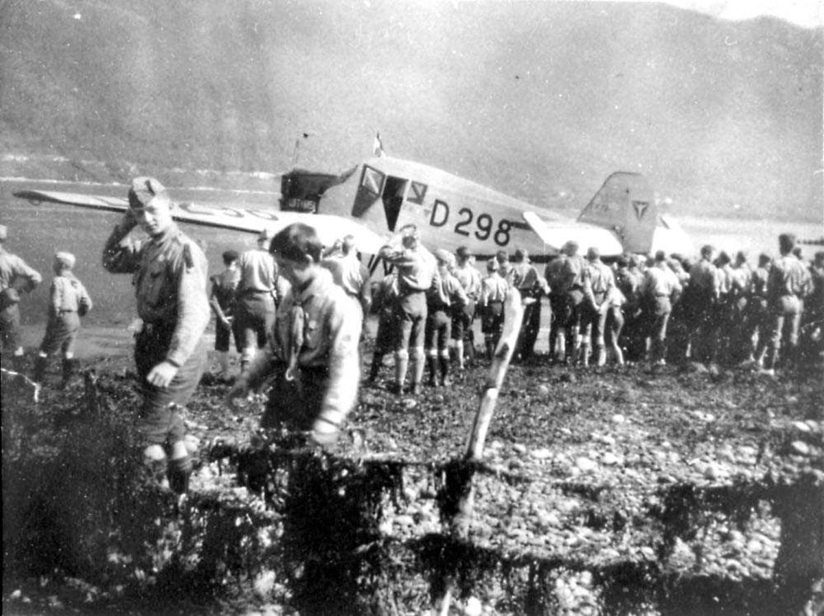 Flere personer foran et fly, Junkers F13 f1e med nr. D 298.