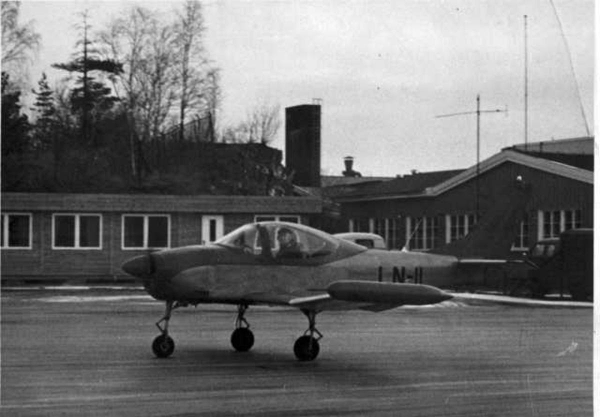 Lufthavn. Ett fly på bakken, (Larsen Spesial) LN-11