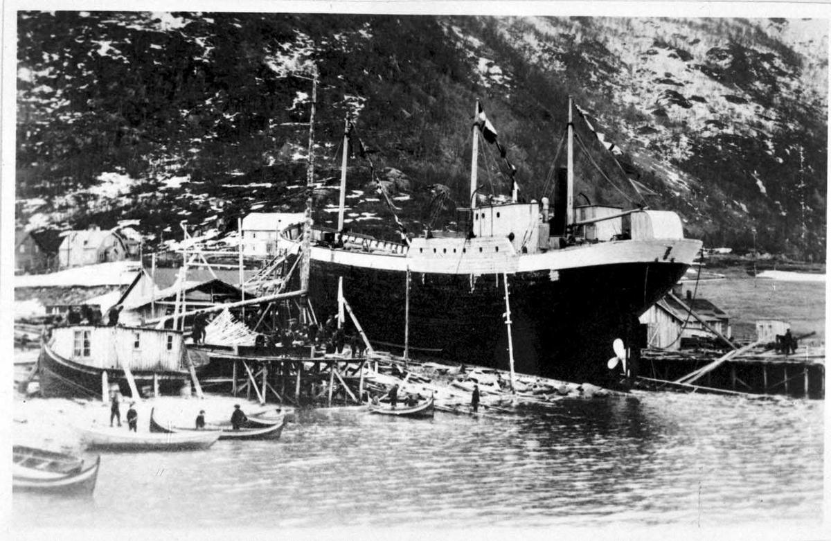 Foto av et skip ved ett skipsbryggeri.
