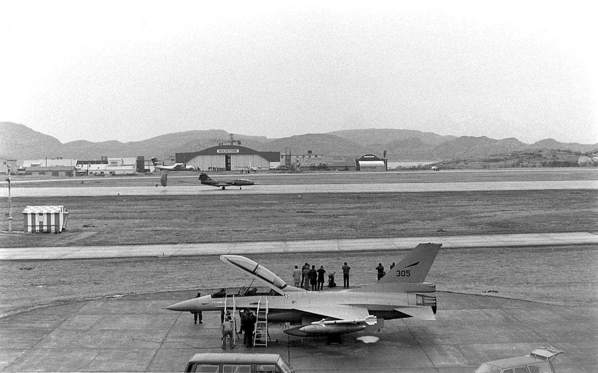 Et jagerfly har landet og taxer inn til parkering. Et jagerfly har allerede parkert.