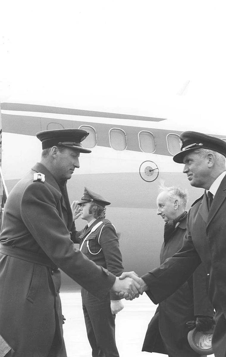 Kronprinsen med flere foran et fly.