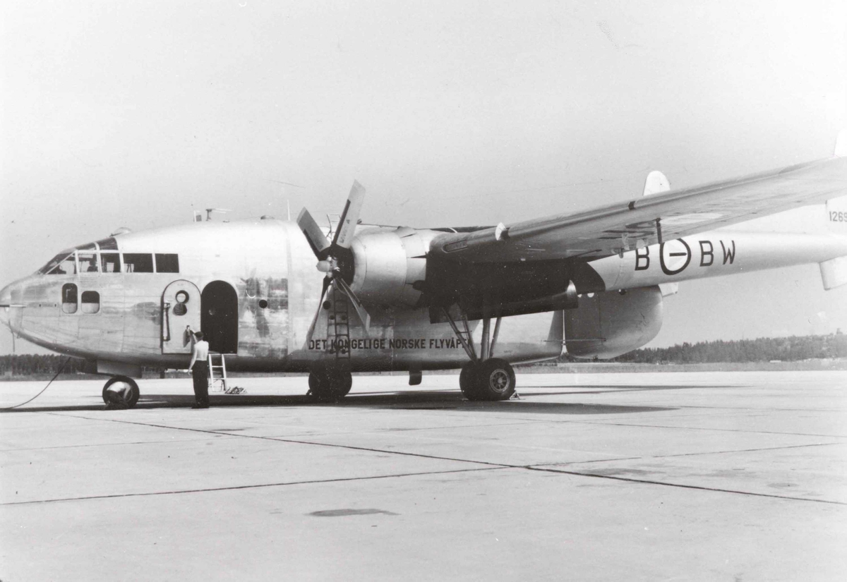 """Lufthavn. Ett fly på bakken , C-119G Boxcar  fra 335 skv.""""Bamse"""" BW-B"""