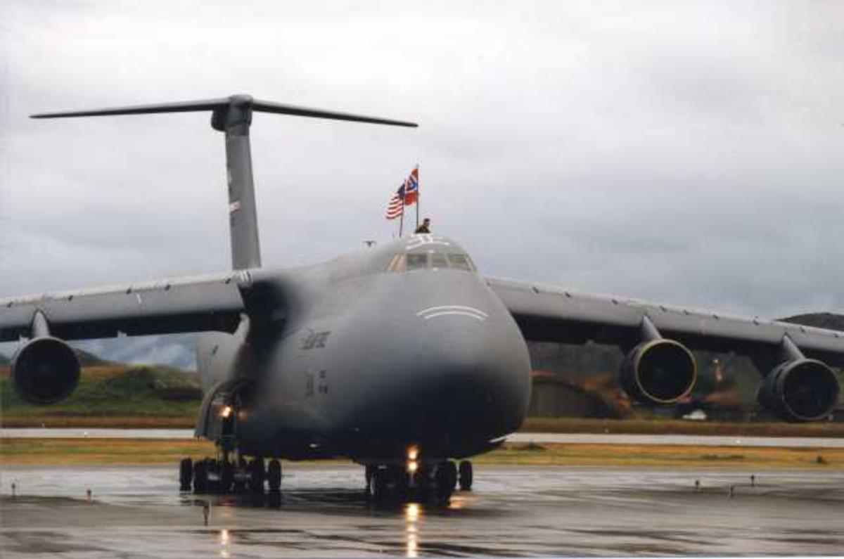 Lufthavn (flyplass). Ett fly på bakken. C-5 Galaxy U.S Air Force