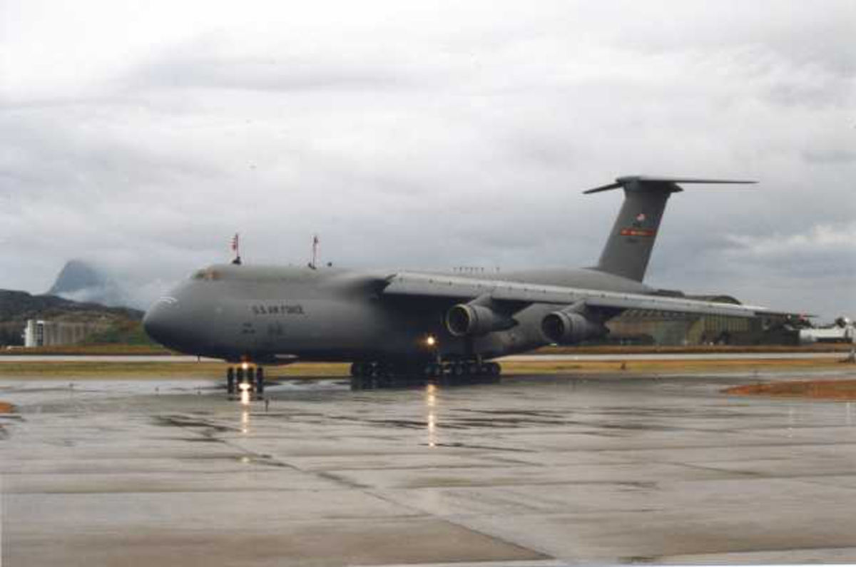 Lufthavn. Ett fly på bakken. C-5 Galaxy U.S Air Force