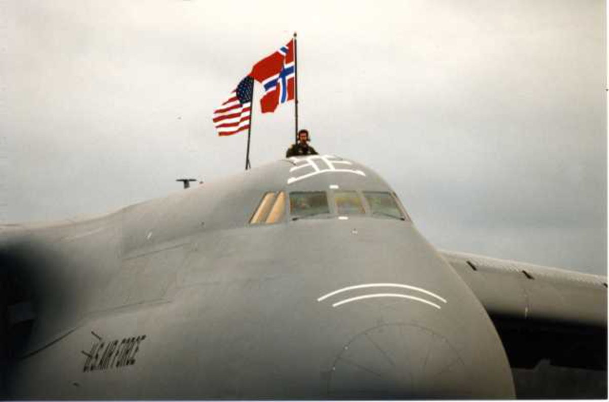 Lufthavn (flyplass) Ett fly på bakkenCockpiten av C-5 galaxy fra U.S. Air Force utvendig med Norsk og Amerikansk flagg.