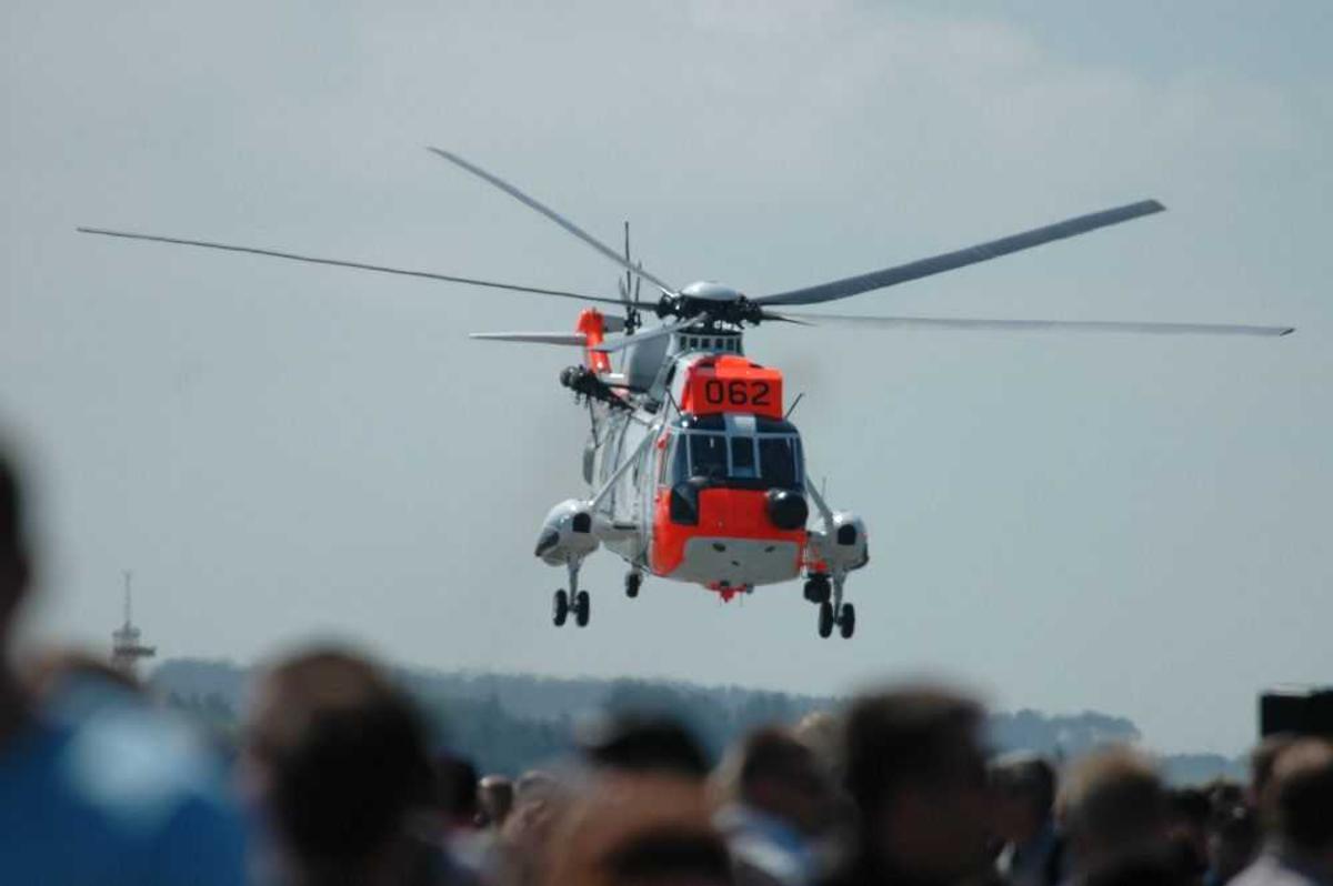 Ett Helikopter like over bakken. Westland Sea King