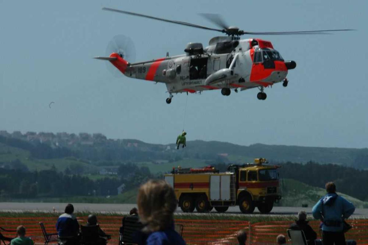 Ett helikopter like over bakken. Westland Sea King i luften fra 330 skvadronen.