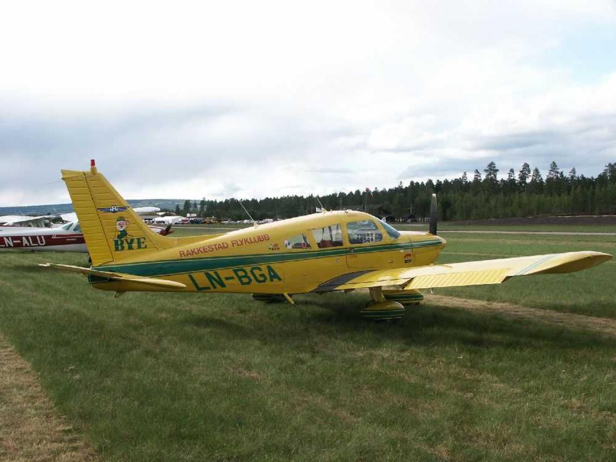 Ett fly på bakken, Piper PA-28-180 Cherokee Challenger, LN-BGA fra Rakkestad Flyklubb.