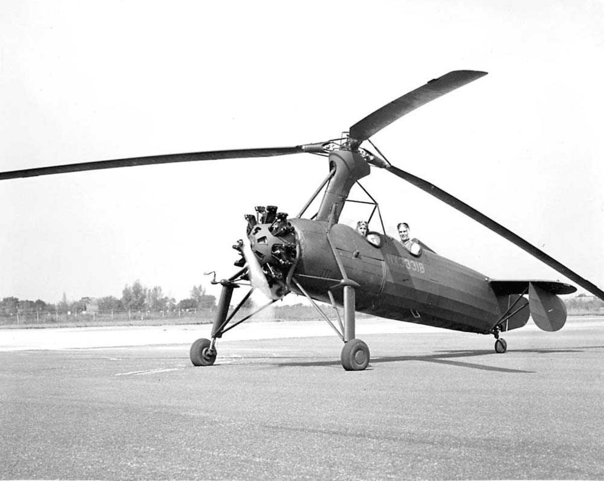 1 Autogiro på bakken. Kellett Autogiro. 2 personer i helikoptret.
