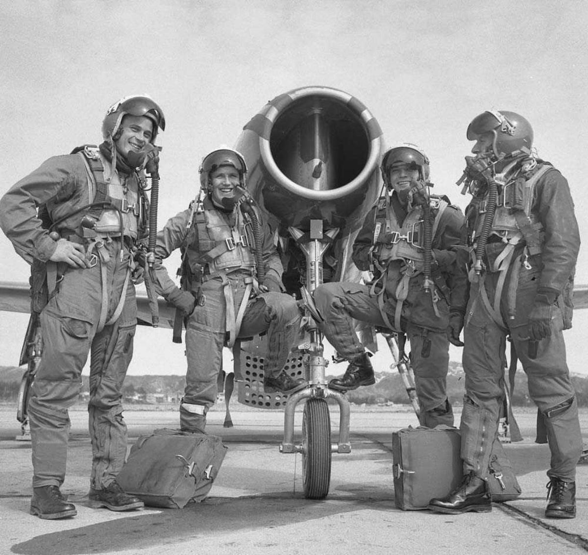 4 flygere fra 334 skvadron, Bodø flystasjon oppstilt ved et jagerfly. Flyet er en Republic F-84G Thunderjet.