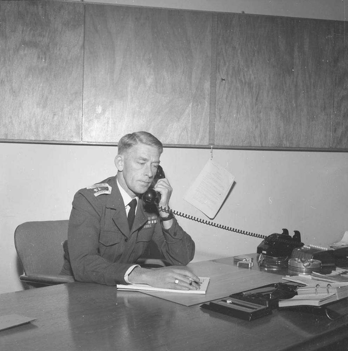 Oberstløytnant Rolf Jønsberg ved sitt skrivebord.