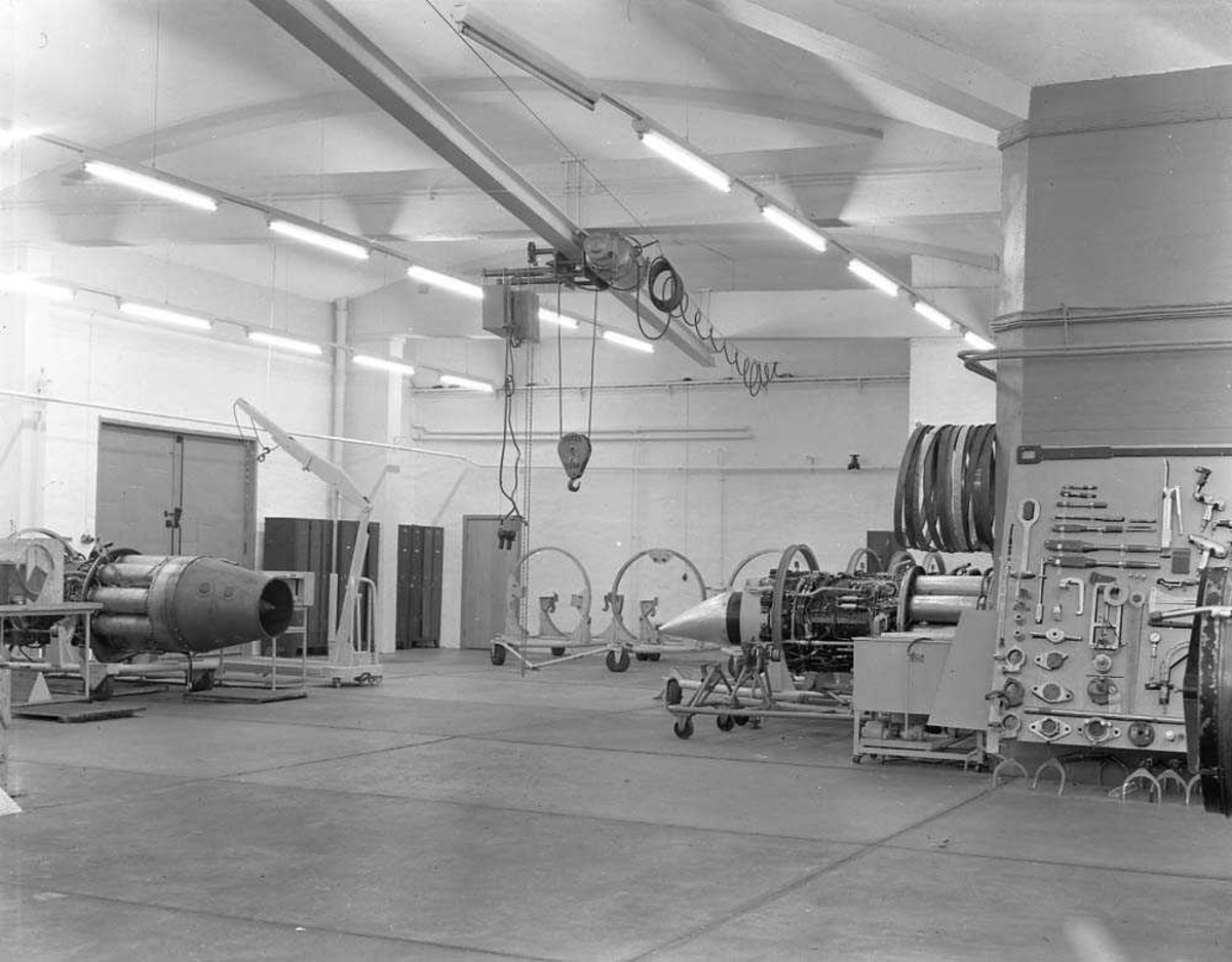 Interiør av Hangar A, Vedlikeholdsavdelingen, på Bodø flystasjon.
