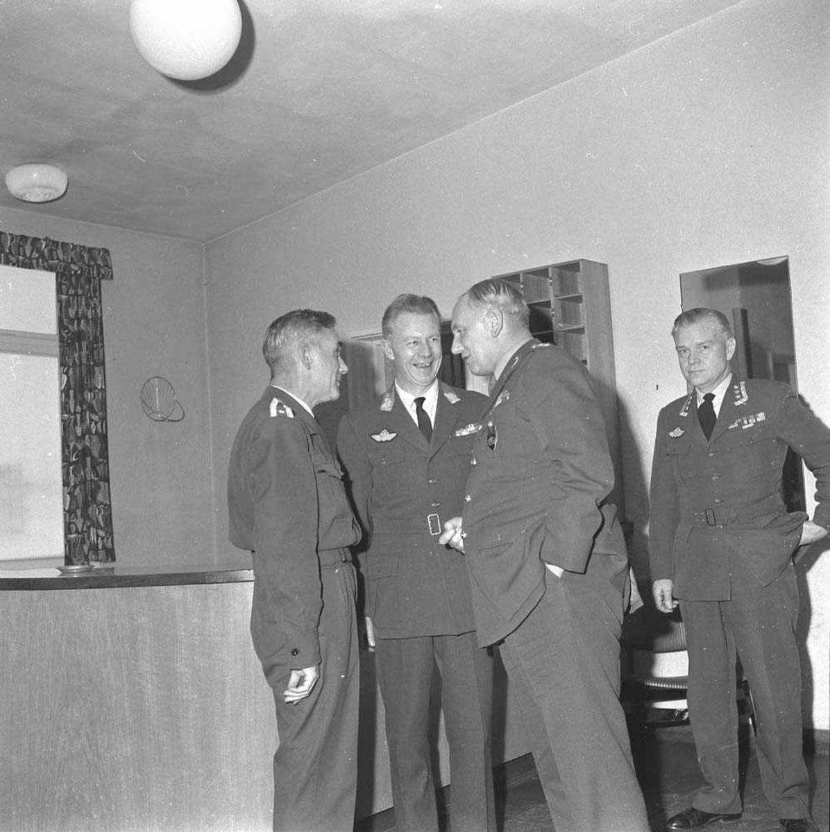 Sjefen for Kolsås besøker Bodø flystasjon. Han sees som nr. 2 fra høyre på bildet. Nr. 3 er Gen.maj R. J. Thommassen, Sjef Luftkommando Nord (LKN).