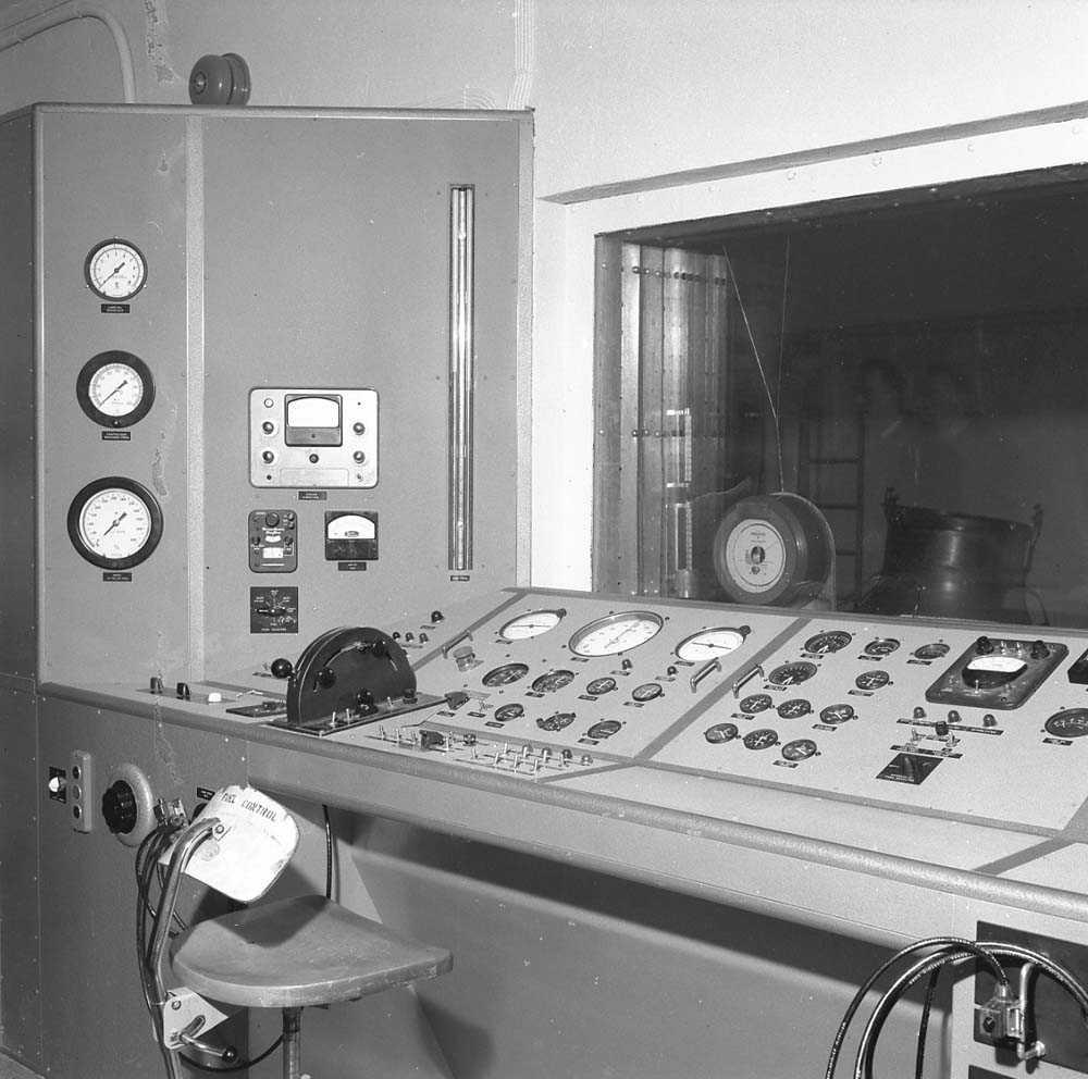 Fra motorprøvebukken på Bodø flystasjon. Her sees kontrollpanelet hvor personellet sitter når flymotoren kjøres og testes.