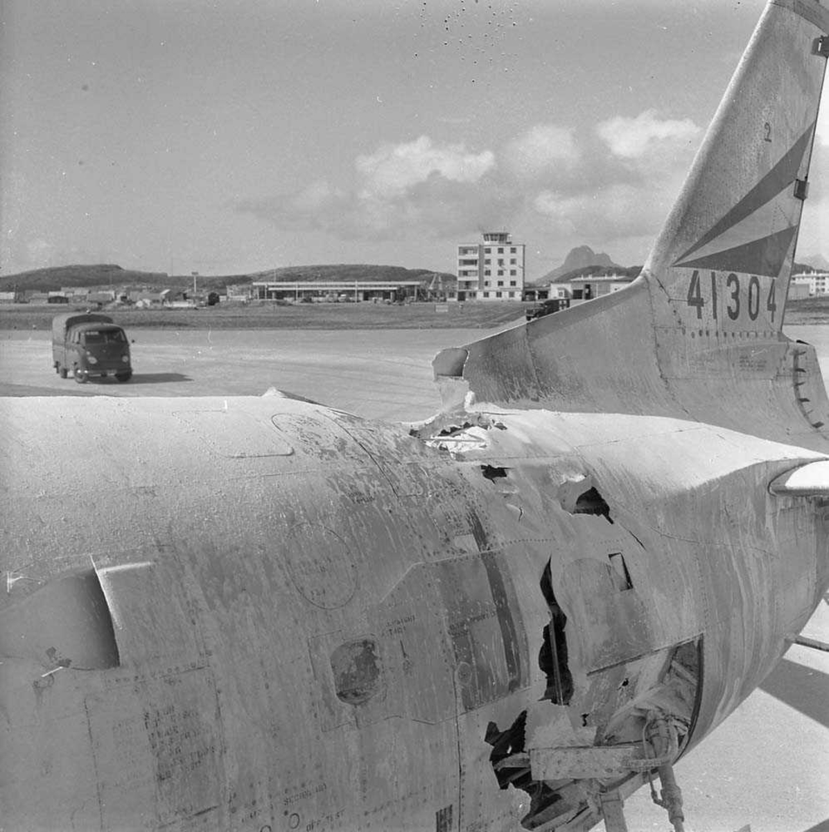 En F-86-K, Sabre, kjennetegn RI-E, serie nr. 54-1304, tilhørende 334 skvadron, har hvarert på flystripa på Bodø flystasjon.