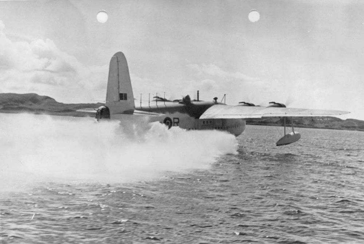 """Flyet """"Sunderland"""" fotografert i Oban i Skottland under krigen. Flyet tilhørte 330 skvadron."""