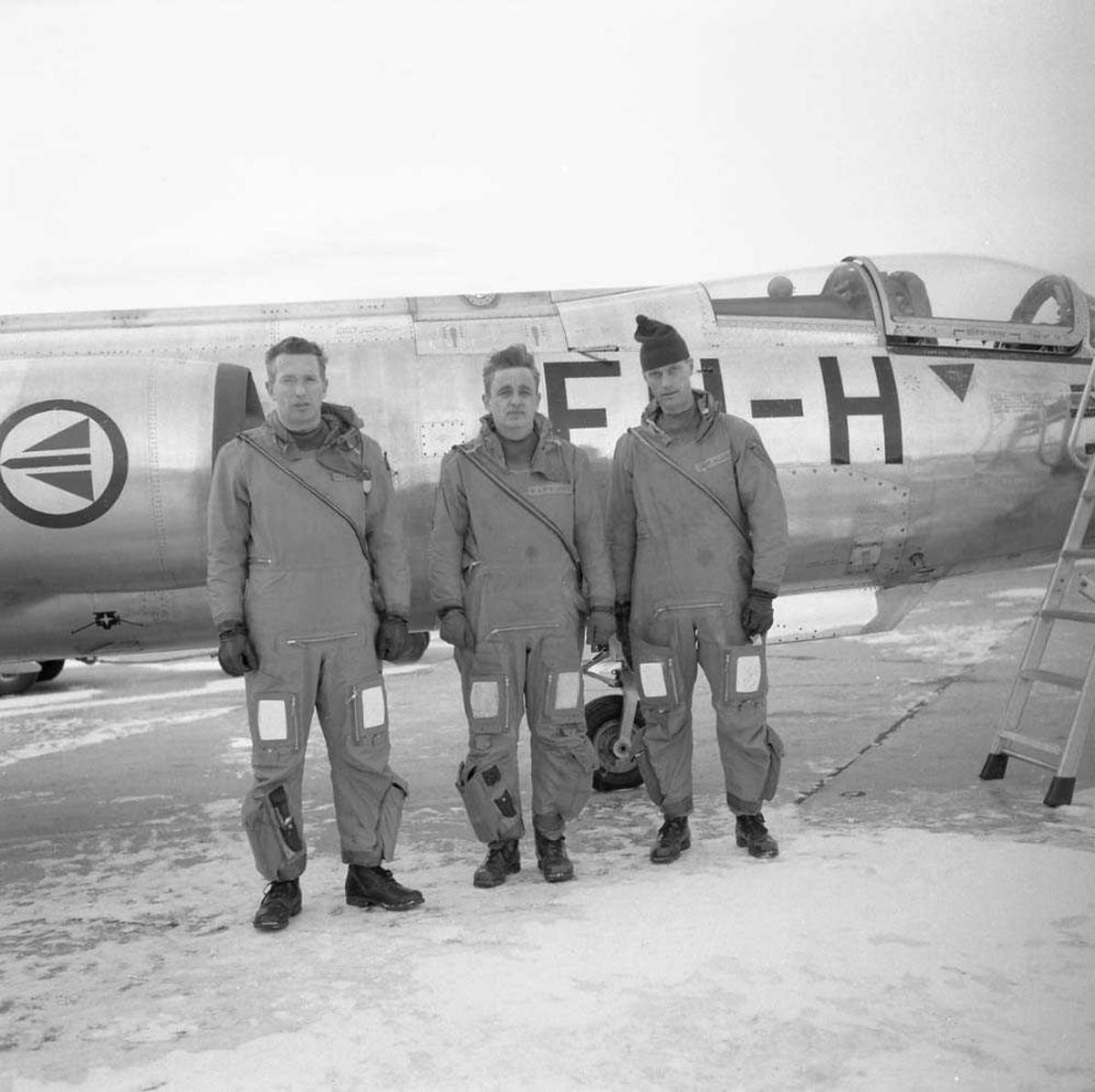 De 3 første jagerflygere i Norge som har fløyet 1000 timer i F-104 Starfighter. Fra venstre sees Kaptein Ivar Braathen, Kaptein Helge Moe og Kaptein S. Klavenes. Bak personene sees en F-104 Starfighter.