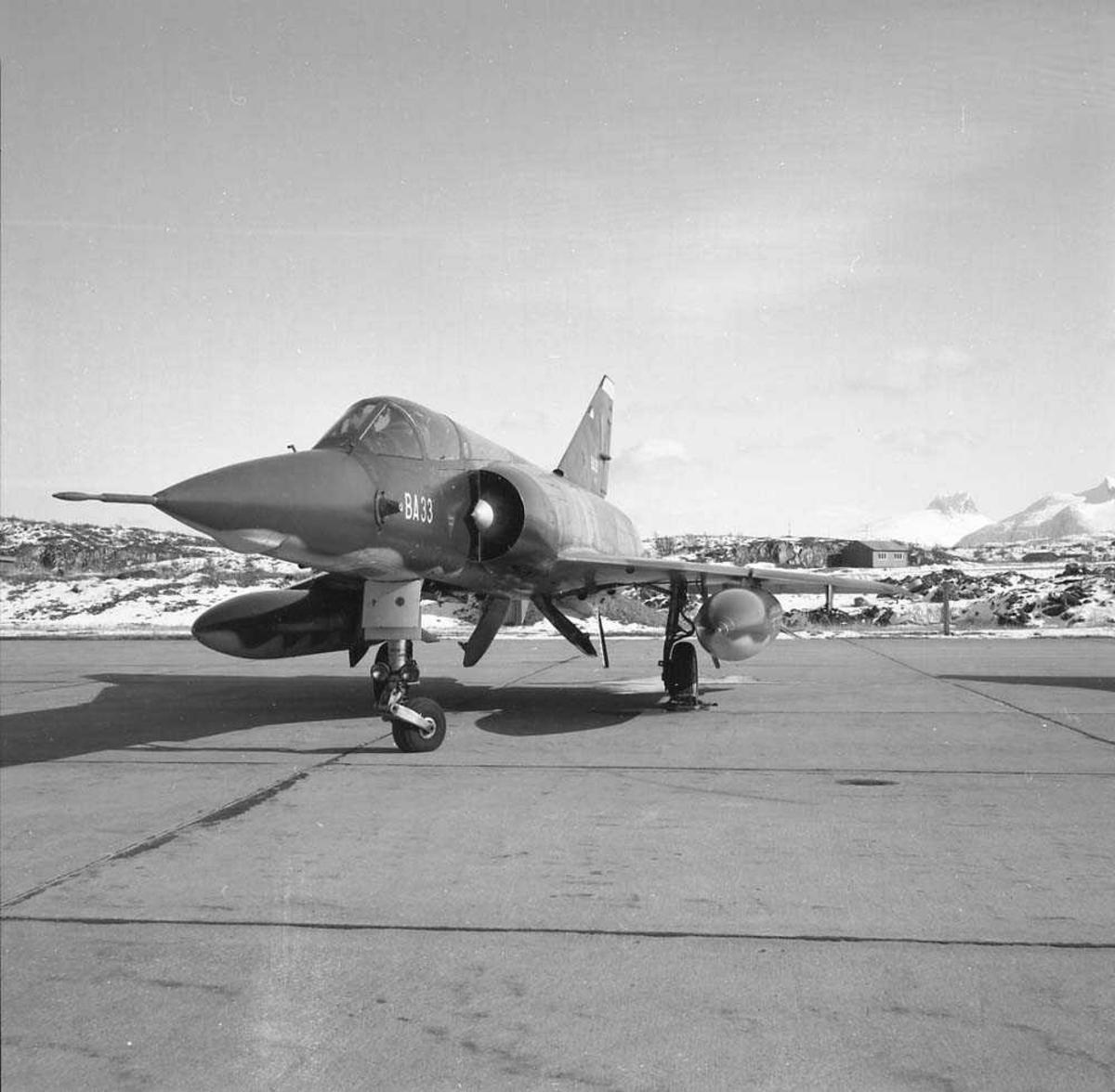 Et fransk jagerfly av typen Mirage står parkert ved 334 skvadrons område på Bodø flystasjon.
