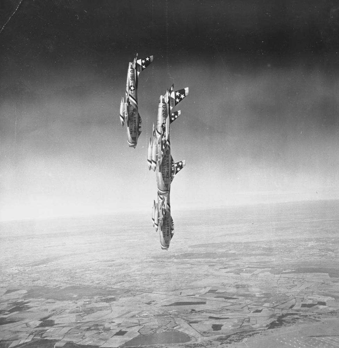3 jagerfly fra US Air Force, av typen F-86F Sabre, holder flyoppvisning.