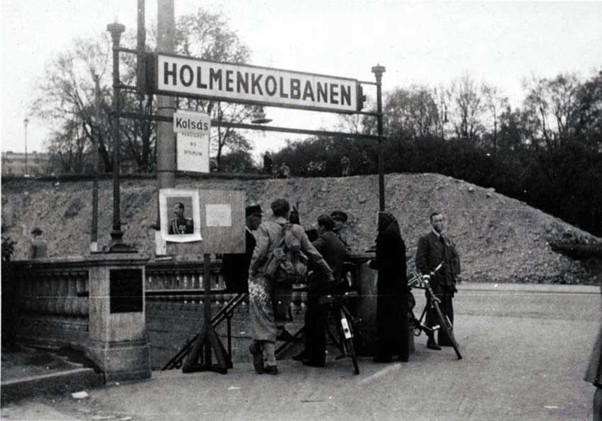 Flere personer ved nedgangen til en stasjon på Holmenkolbanen.
