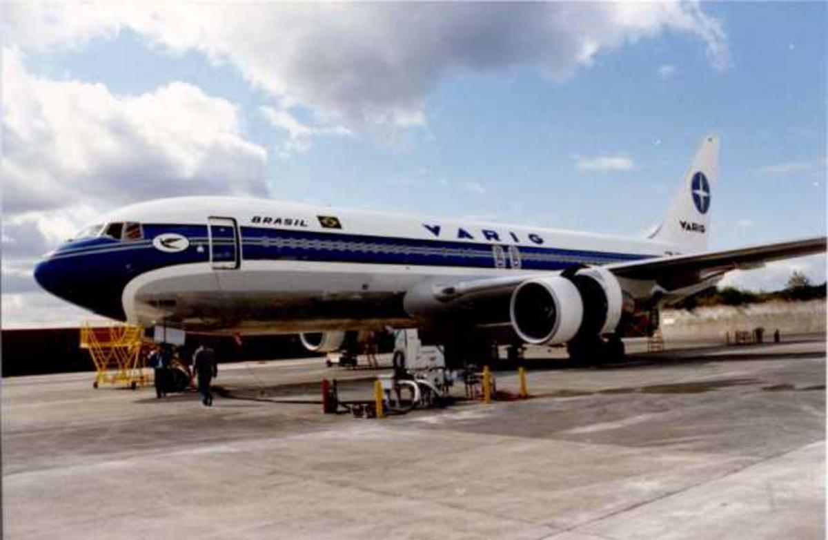 Lufthavn (flyplass). Ett fly på bakken, Boeing (LN-SUW / LN-SUV) fra VARIG. To personer ved flyet.