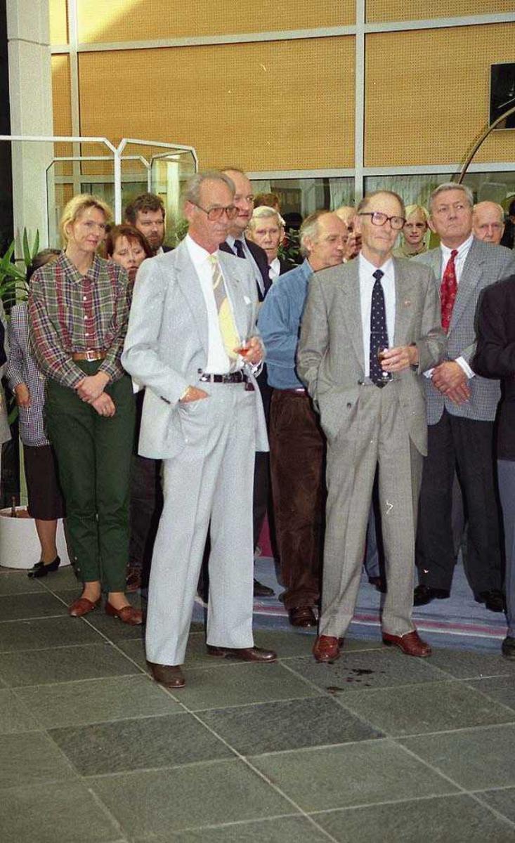 Flere personer stående. Bjørn G. Braathen til høyre første rekke.