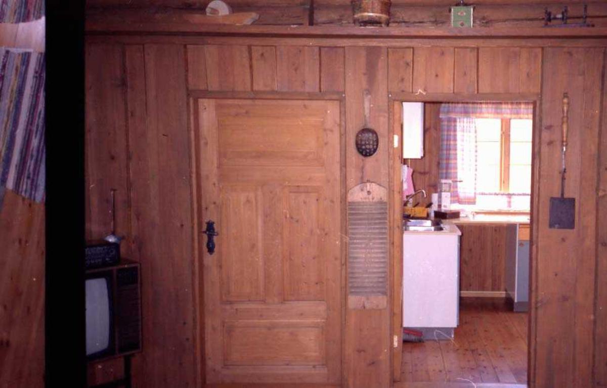 To døråpninger, en åpen inn til kjøkken.
