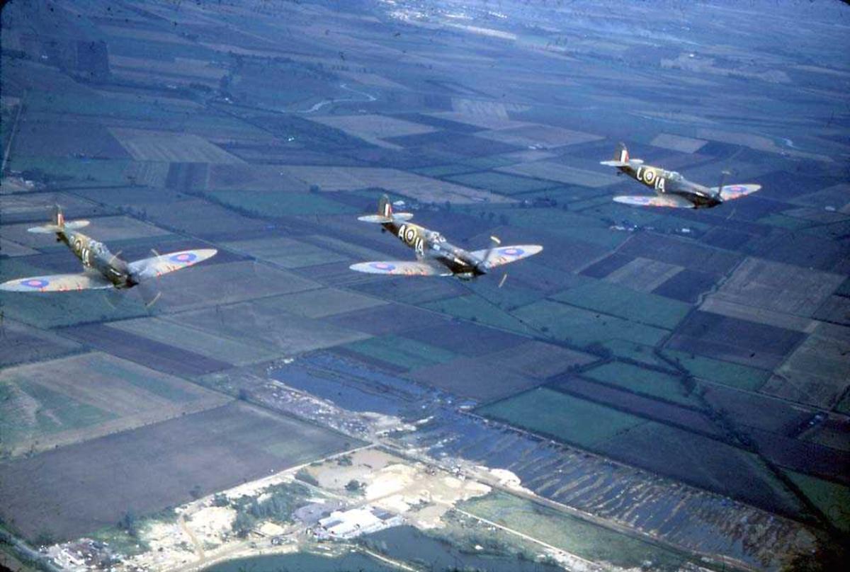 Luftfoto. Tre fly i formasjon, Spitfire Mk.