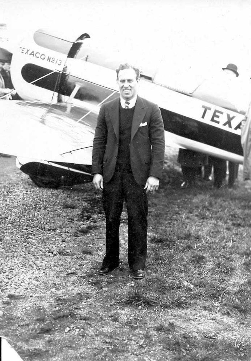 "Ett fly på bakken, Travel Air modell R ""Mystery S"" NR1313. En person står foran flyet."
