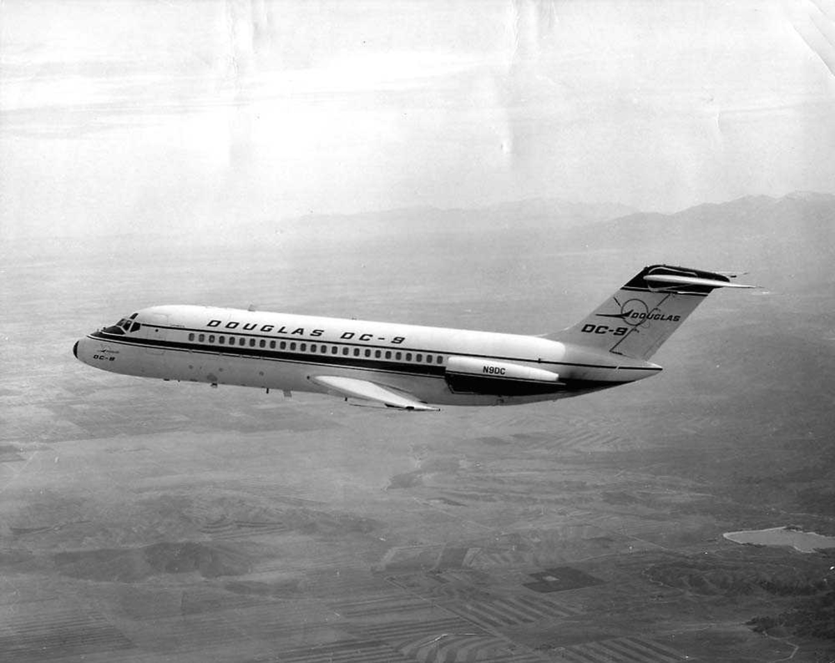 Luftfoto. Ett fly i luften, Douglas DC-9 (prototype).