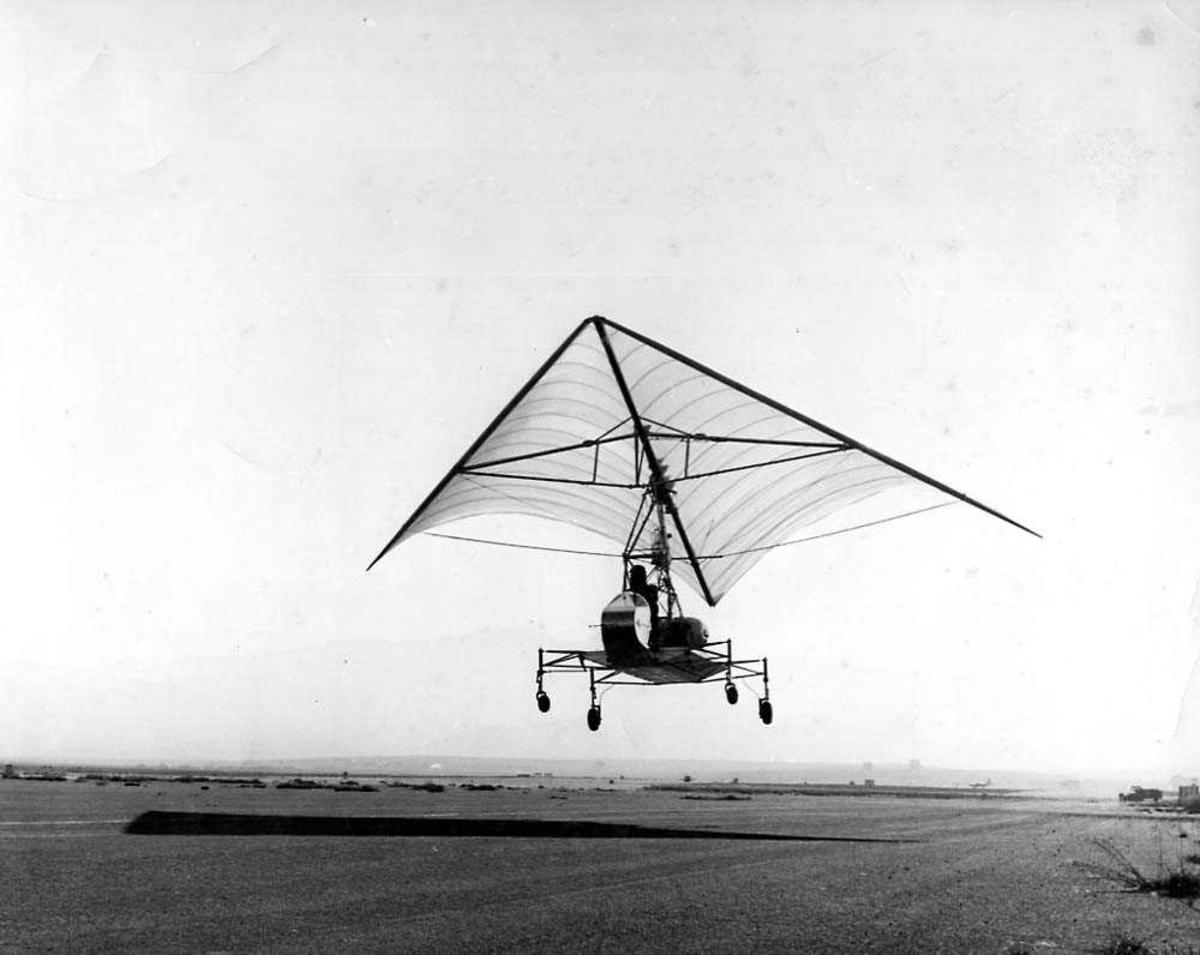 Ett fly i luften like over bakken, Ryan Flex Wing.