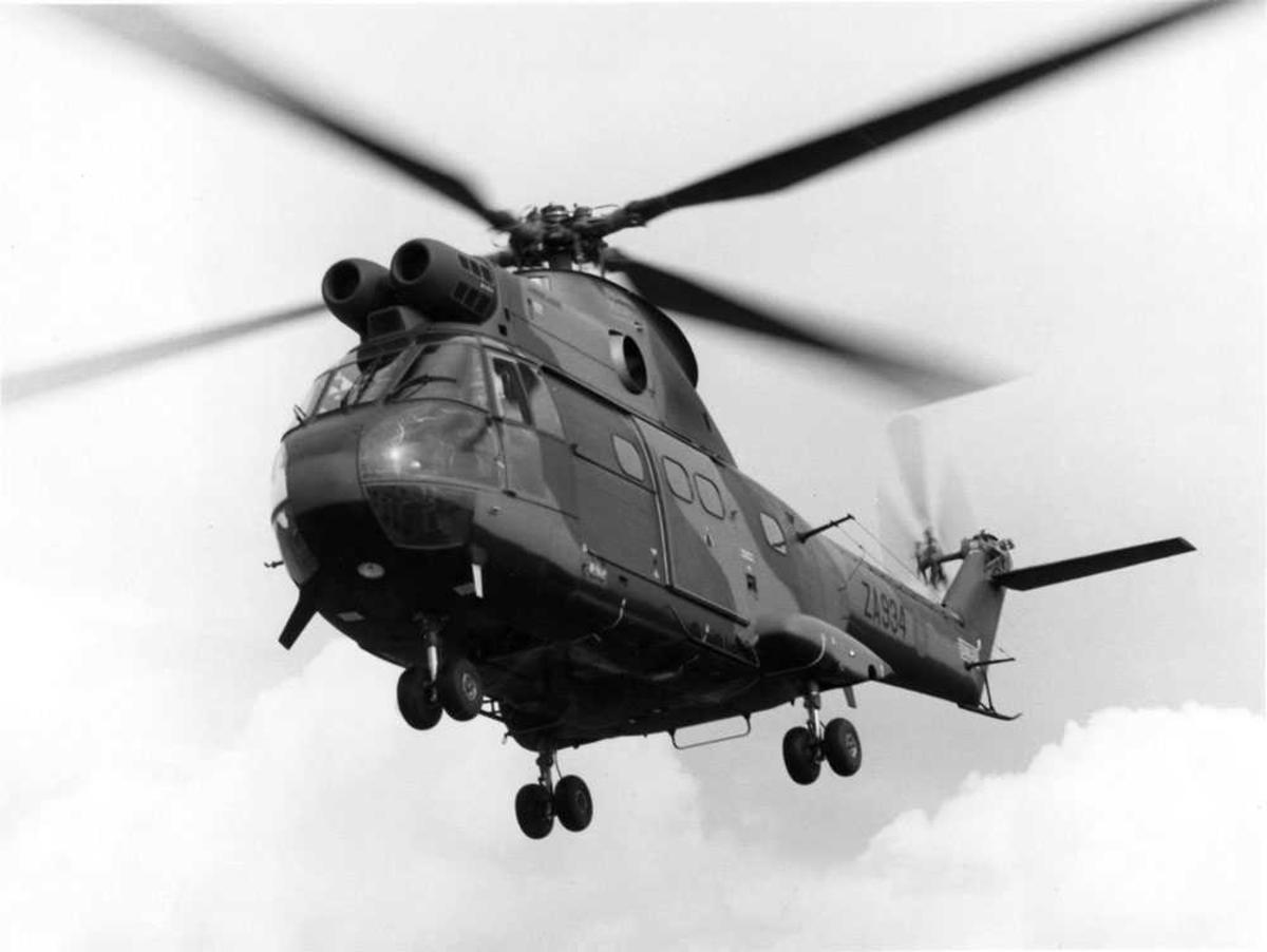Ett helikopter i luften. Aérospatiale/Westland SA 330E/HC Mk.1 Puma merket ZA934
