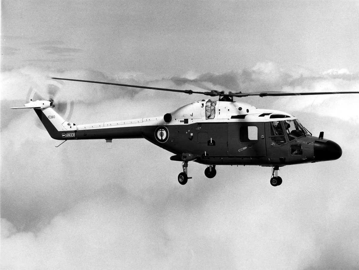 Ett helikopter i luften. Westland Lynx HAS Mk.2 merket XZ260